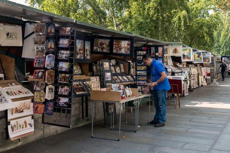 Tweedehandse boekhandelaar op banken van de Zegen stock afbeeldingen