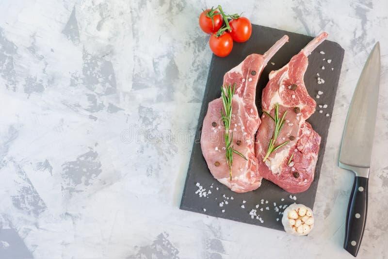 Tweedelig Ruw Vlees op Scherpe Raad met Mes royalty-vrije stock afbeeldingen
