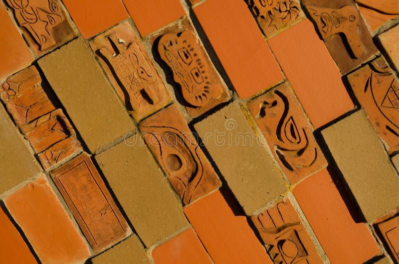 Tweekleurige bakstenen muurtegels met elementen van Indisch ornament stock fotografie