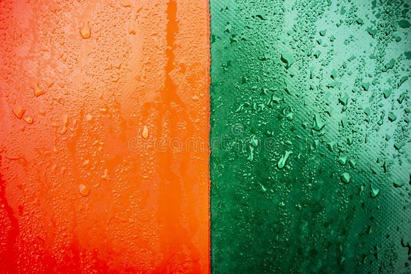 Tweekleurige oranje-groene textuur die met waterdruppeltjes wordt behandeld royalty-vrije stock afbeeldingen