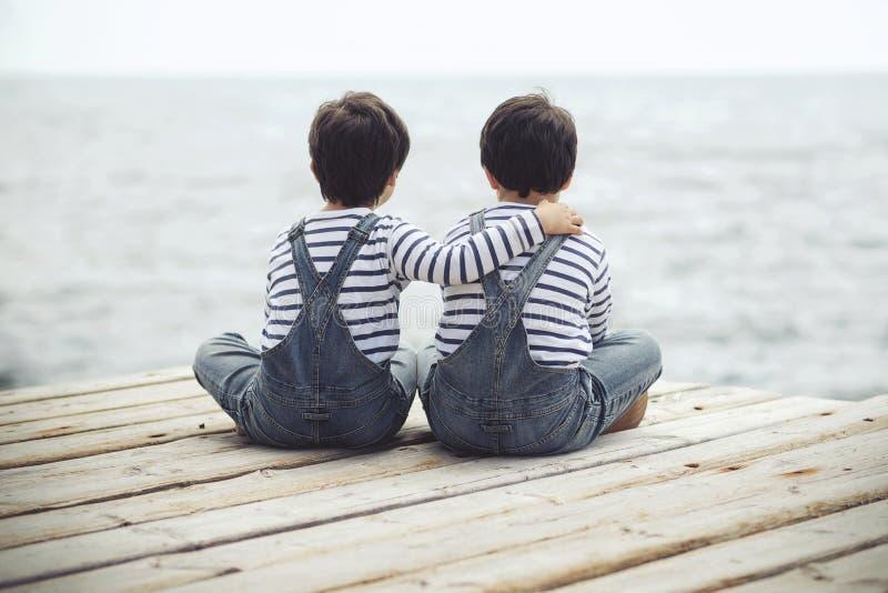 Tweeling gelukkige jongens brothers stock fotografie