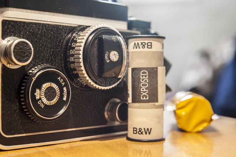 Tweeling-lens Reflexcamera met zwart-wit filmbroodje royalty-vrije stock foto