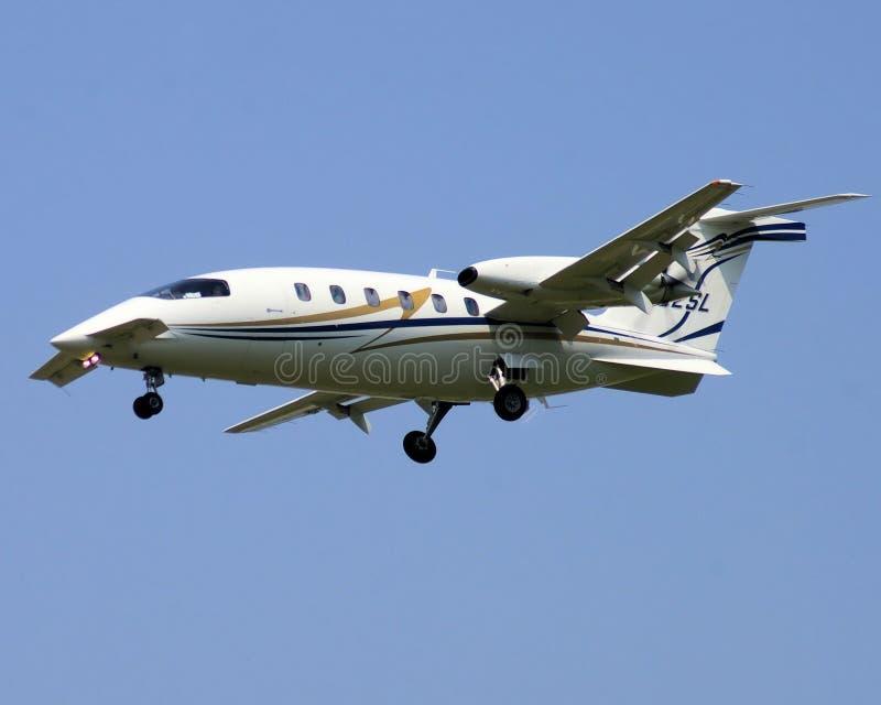 Tweeling motorvliegtuigen met canarden op benadering royalty-vrije stock foto's