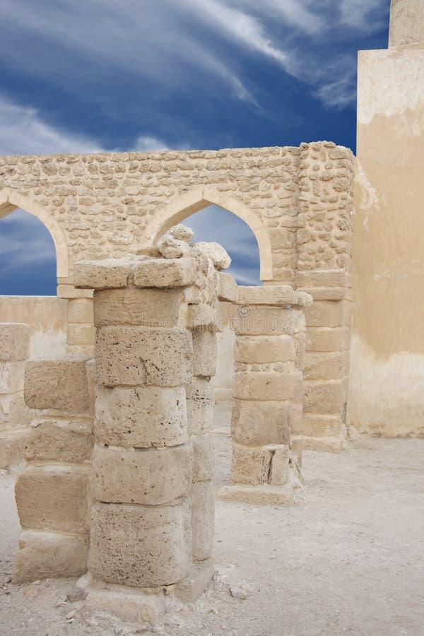 Tweeling pijlers bij ondiepe DOF, Khamis Moskee Bahrein stock foto