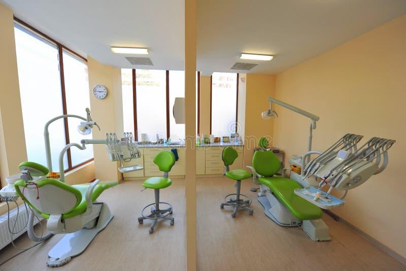 Tweeling tandbehandelingsstoelen - tandartsenbureau royalty-vrije stock afbeeldingen
