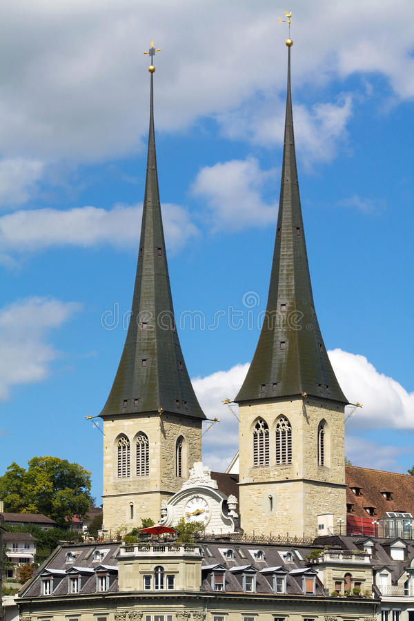 Tweeling torens van de kerk van St. Leodegar, Luzerne stock afbeeldingen