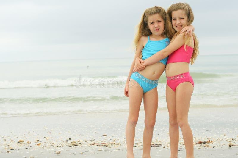 Tweeling zusters bij het strand royalty-vrije stock fotografie