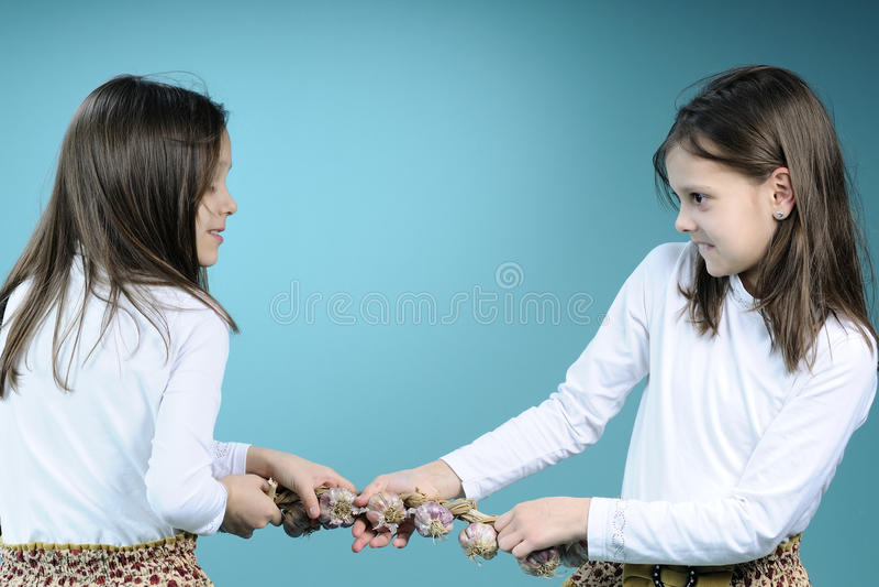 Tweeling zusters in de concurrentie stock afbeeldingen