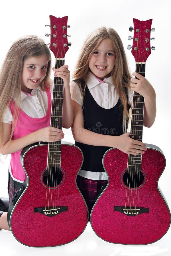 Tweeling zusters met gitaren stock fotografie