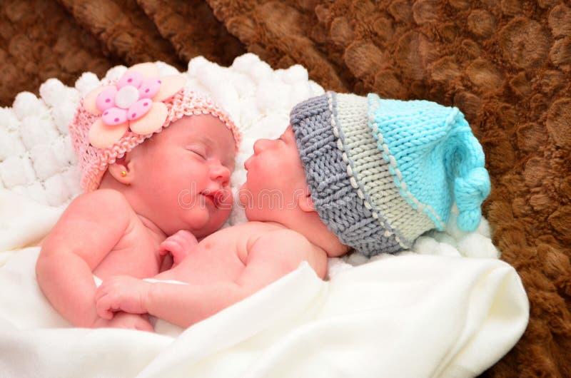 Tweelingbabys, meisjes en jongensslaap stock fotografie