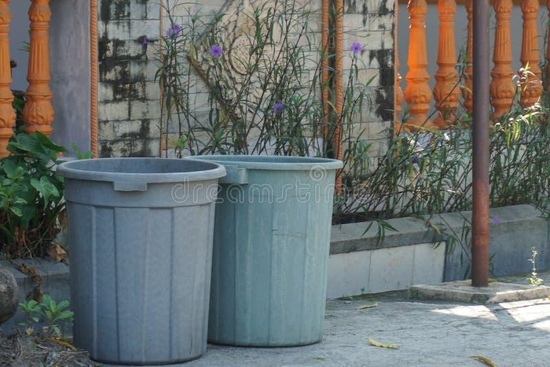 Tweelingen van Plastic Grey Dustbin buiten gate_1 stock afbeelding