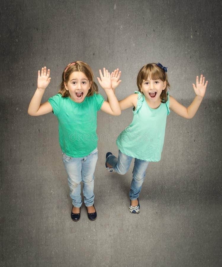 Tweelingenkinderen het gillen stock foto's