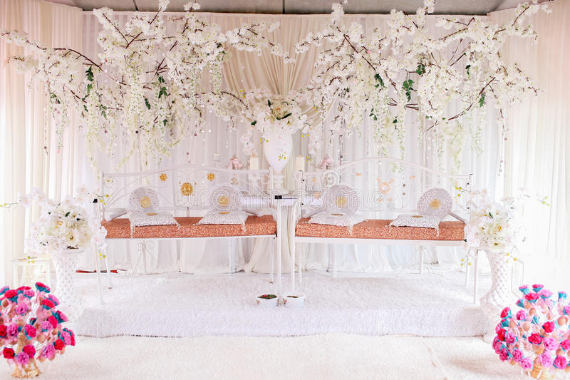 Tweelinghuwelijkspodium voor twee huwelijksparen stock fotografie