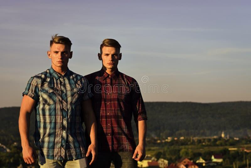Tweelingmensen of knappe, jonge, mannelijke atleten stock foto's