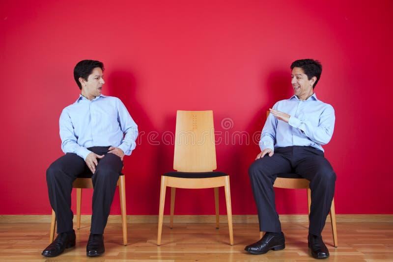 Tweelingzakenman twee die elkaar kijken royalty-vrije stock foto's