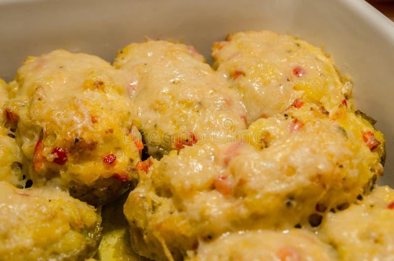 Tweemaal aardappelen in de schil met gesmolten kaas royalty-vrije stock afbeelding