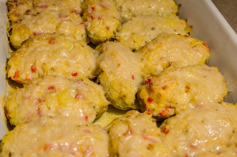 Tweemaal aardappelen in de schil met gesmolten kaas royalty-vrije stock afbeeldingen