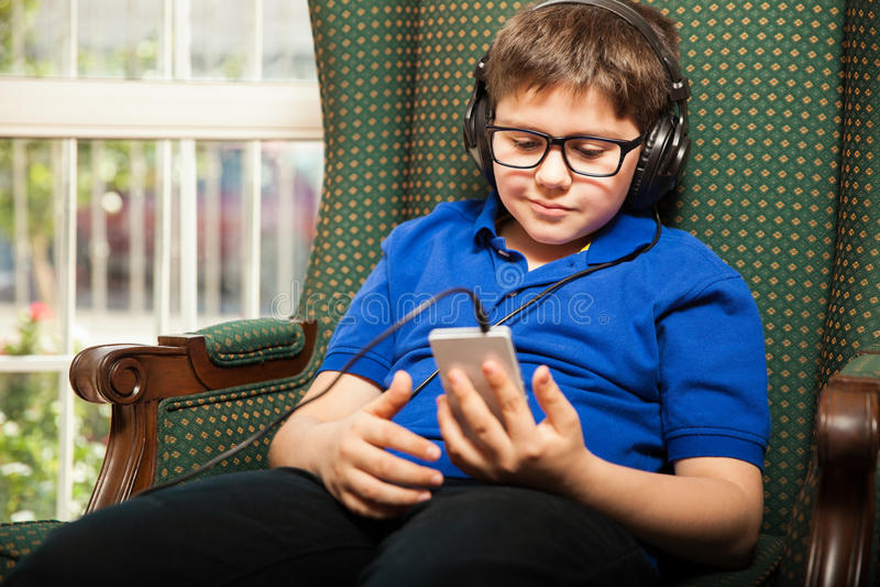 Tween écoutant de la musique photos libres de droits