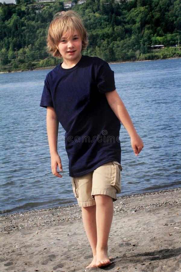 Tween περπάτημα αγοριών στοκ εικόνα