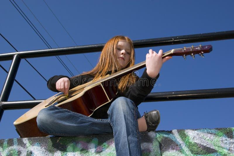 Tween avec la guitare photos stock