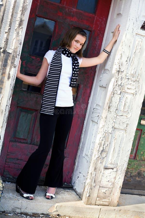 Tween in der Tür stockfotografie