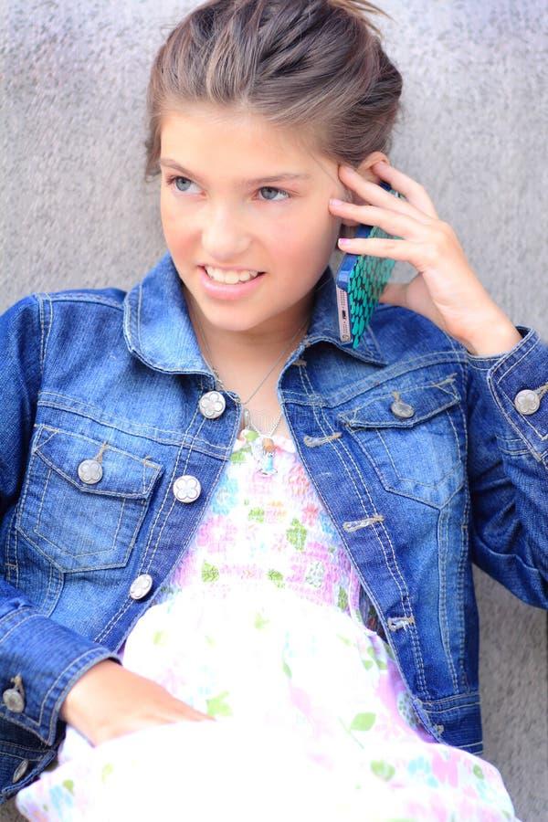Tween dziewczyna na telefonie zdjęcia stock