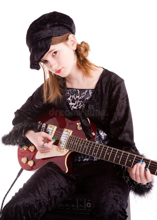 Tween jouant la guitare photo stock