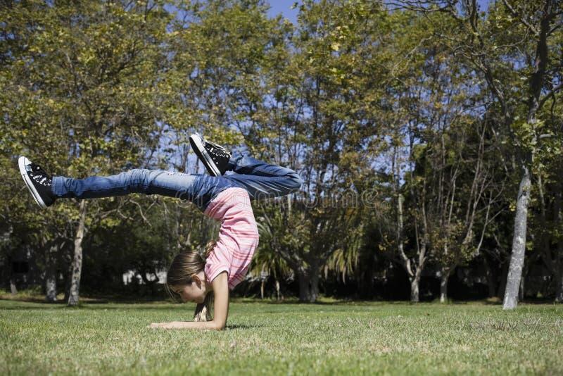 Tween-Mädchen, das Gymnastik tut lizenzfreie stockbilder
