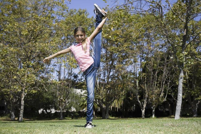 Tween-Mädchen, das Gymnastik tut stockfotografie