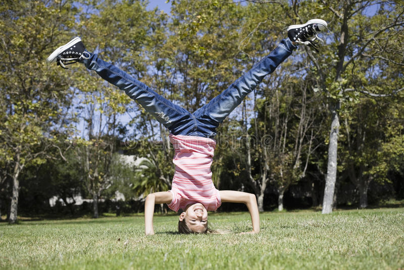 Tween-Mädchen, das Headstand tut lizenzfreies stockfoto