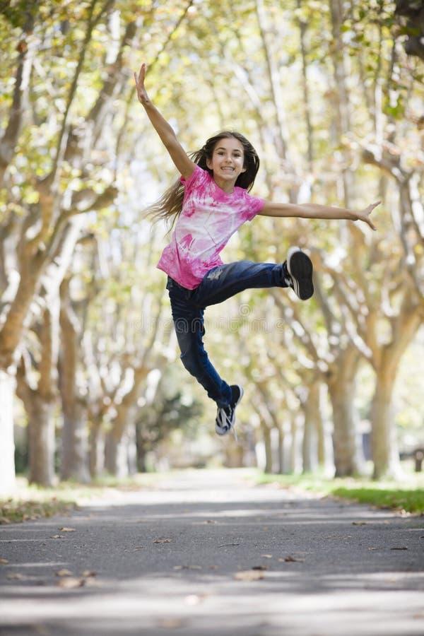 Tween-Mädchen-Springen lizenzfreie stockfotos