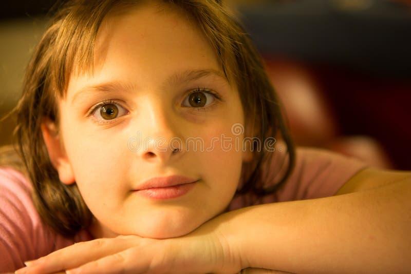 Tween-Mädchen, welches die Kamera betrachtet lizenzfreie stockbilder