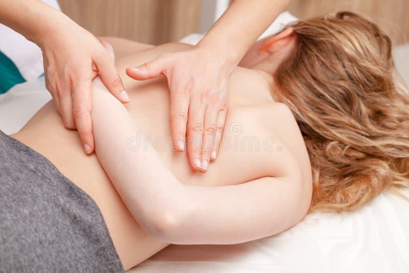 Tween meisje die osteopathic behandeling of medische massage o ontvangen stock foto's