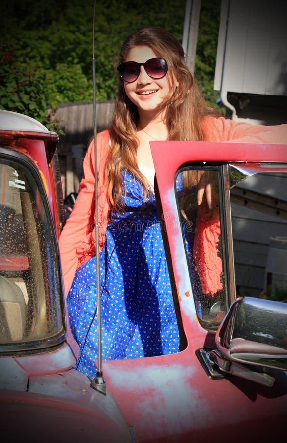 Tween mit altem Auto lizenzfreies stockfoto