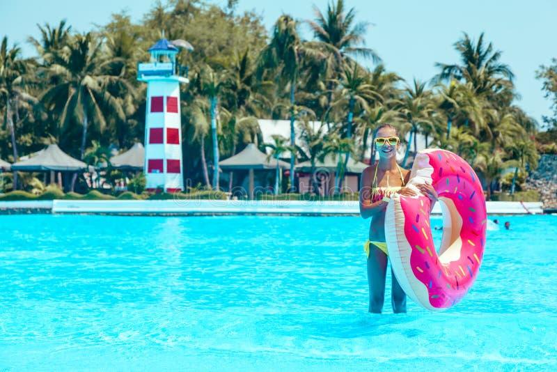 Tweenflickan i vatten parkerar royaltyfri fotografi