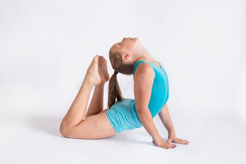 Tweenflickan som gör yoga, poserar fotografering för bildbyråer