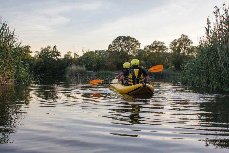Tweepersoons geniet water van rafting activiteit bij rivier royalty-vrije stock foto's