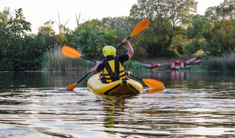 Tweepersoons geniet water van rafting activiteit bij rivier Raftingsfamilie op vakantie royalty-vrije stock afbeeldingen