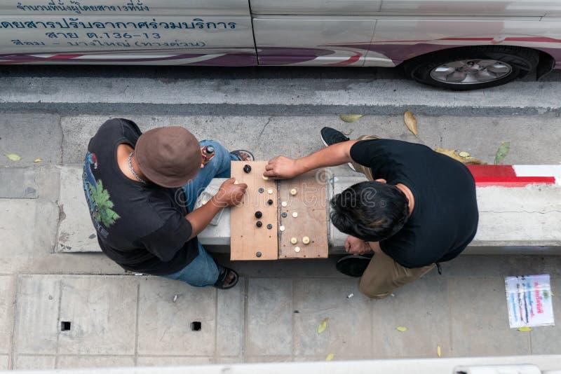 Tweepersoons het spelen schaak op bestrating aan kant van weg royalty-vrije stock afbeeldingen