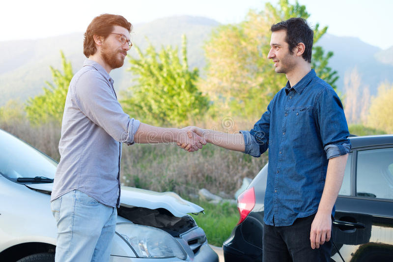 Tweepersoons het vinden vriendschappelijke overeenkomst na een autoongeval stock afbeelding