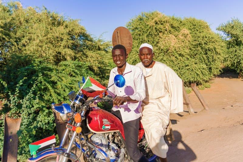 Tweepersoons op motor in de Soedan stock afbeeldingen