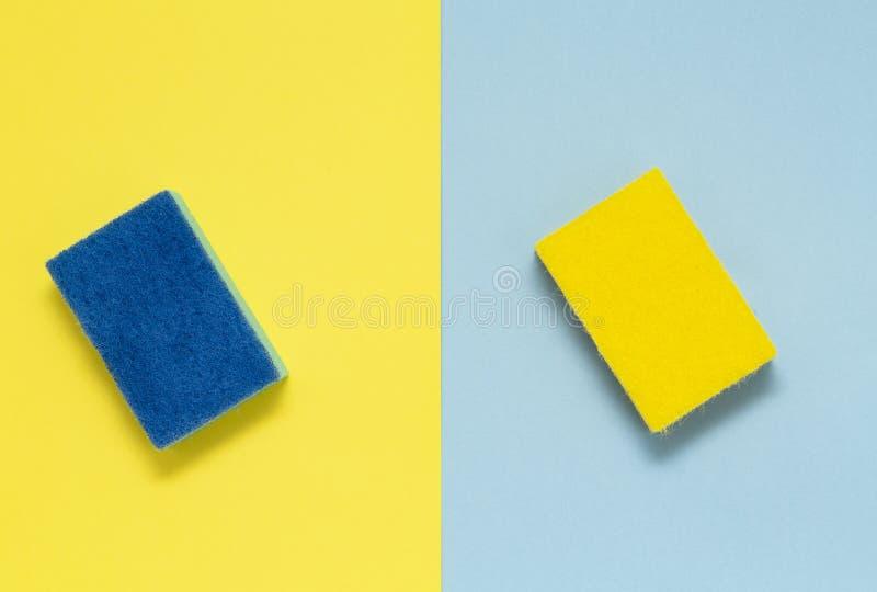 Tweezijdige sponsen voor schotels op een multicolored achtergrond, minimalism royalty-vrije stock foto's