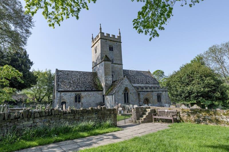 Twelfth wieka Angielski kościół i cmentarz zakładamy w UK obraz stock