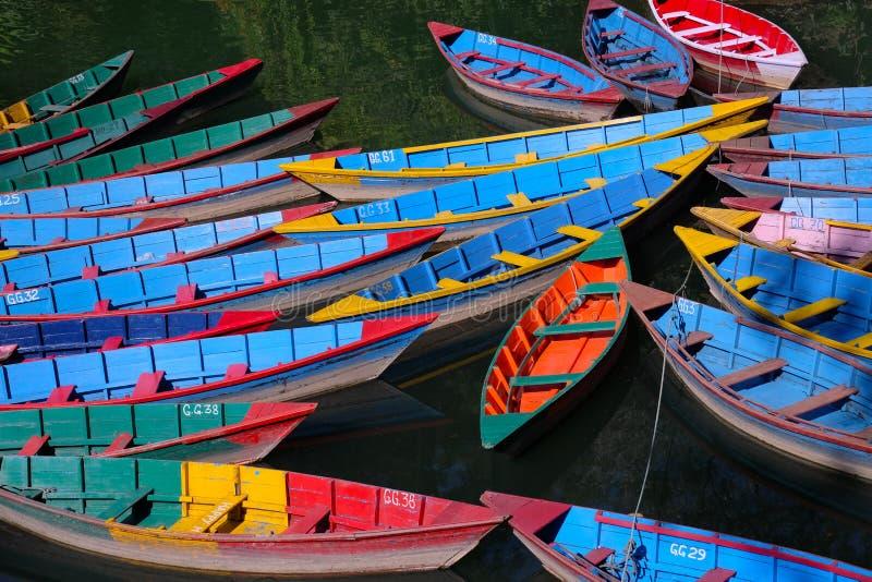Twenty-four Ruderboote auf einem See in Nepal lizenzfreie stockfotos