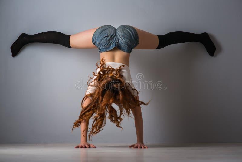 Twerk rudzielec kobieta w cajgów skrótach zdjęcia stock