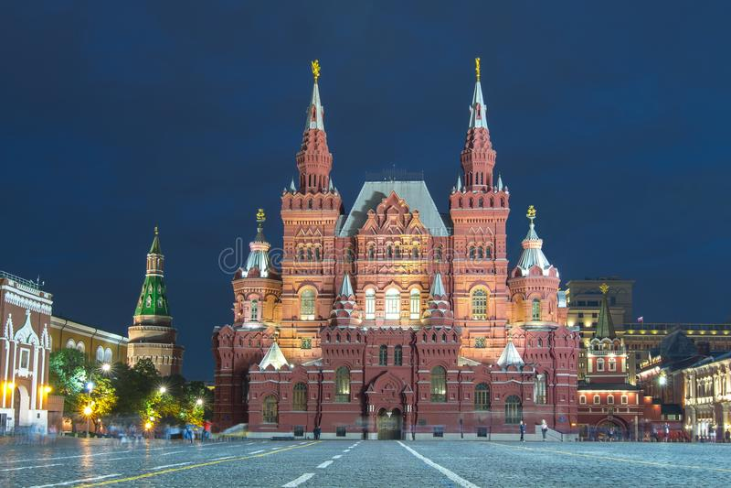 Twierdzi Dziejowego muzeum na placu czerwonym przy nocą, Moskwa, Rosja obrazy stock