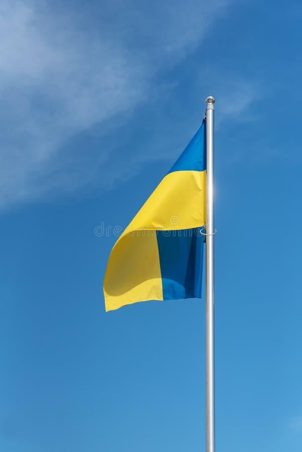 Twierdzi flaga Ukraina, niebieskie niebo w tle zdjęcia royalty free