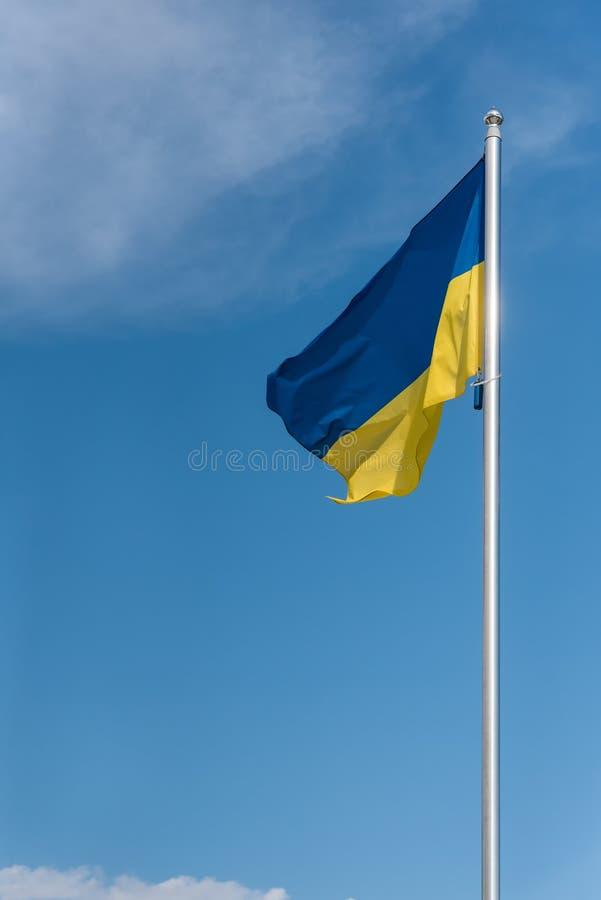Twierdzi flaga Ukraina, niebieskie niebo w tle obrazy stock