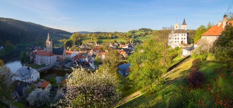 Twierdzi grodowego Rozmberk nad Vltavou południowy Bohemia i kościelny panoramatic widok (panoramy) obrazy stock