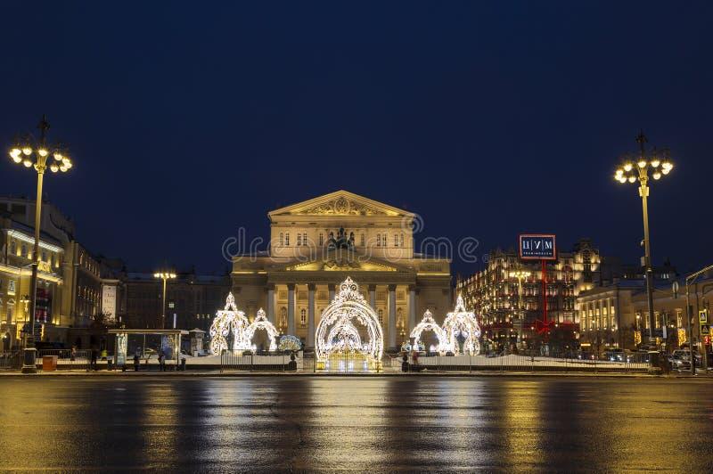 Twierdzi naukowa Bolshoi theatre w świątecznej dekoracji w wieczór, Moskwa, zdjęcie stock